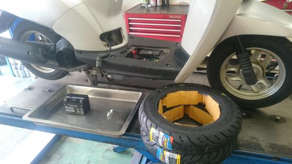 原付タイヤ、バッテリー分解風景