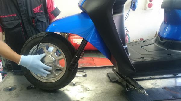 原付タイヤ交換風景